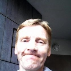 Молодой, послушный парень ищет взрослую девушку в Москве