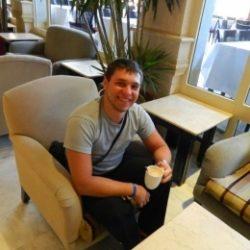 Молодой парень ищет взрослую даму в Москве