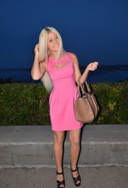 Сладкая блондинка приглашает развлечься и поэкспериментировать парней в Москве